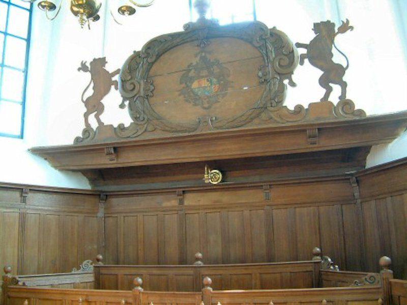 De herenbank van de voormalige havezate Oosterbroek staat in het koor.