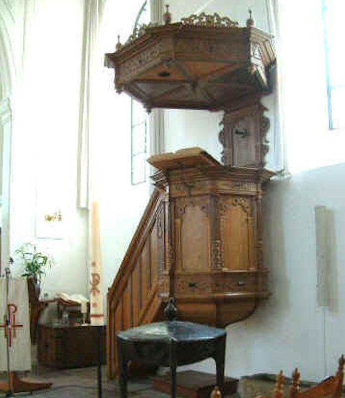 De preekstoel met daarvoor de doopvont.
