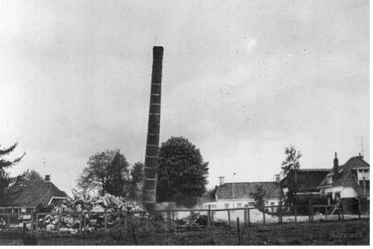 Gracieus gaat de fabrieksschoorsteen in 1975 tegen de vlakte.