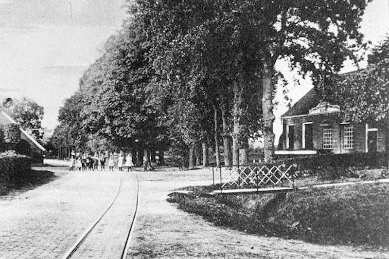 De melkfabriek aan de hoofdweg in 1910. Links op de foto cafe Oud Gemeentehuis.