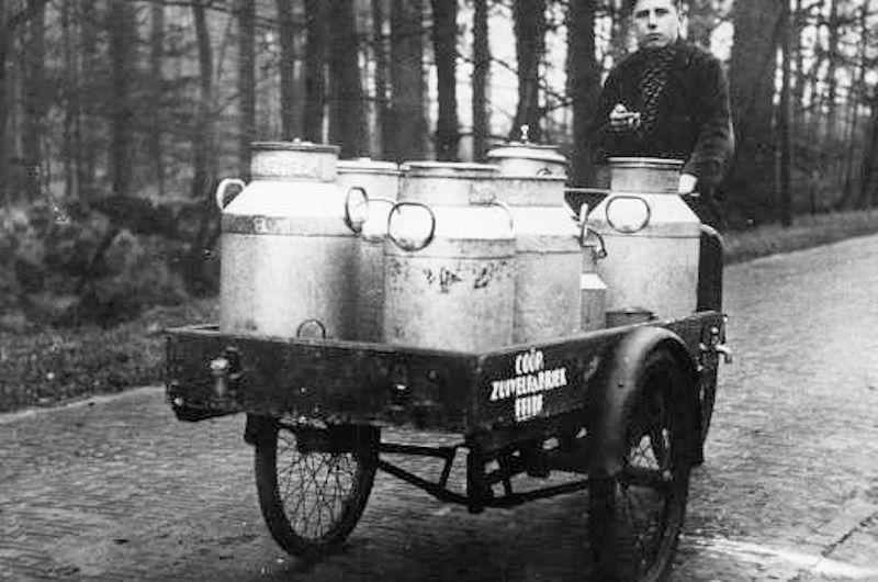 Melkventer H. Hof brengt de melk uit de fabriek naar klanten in het dorp.